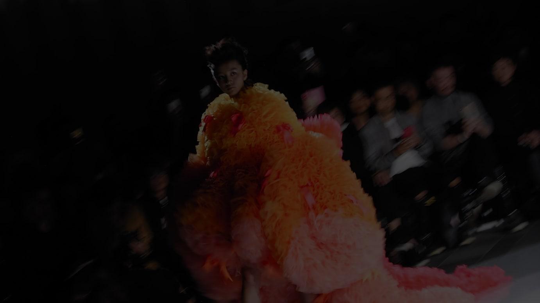 「トモ コイズミ」2020年春夏コレクションのショー