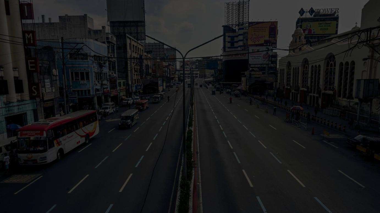 マニラにあるキアポ教会(右)とケソン大通り。普段は活気に満ち溢れた、非常に混雑する通りだが、封鎖初日である3月15日は人通りもまばらだった。ALL PHOTOS BY THE WRITER.