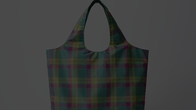 オリジナルコンパクトバッグ(タータンチェックタイプ、税込900円)
