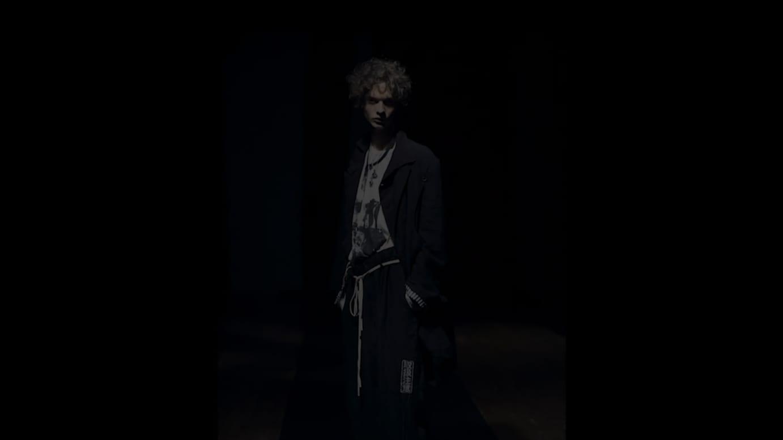 YOHJI YAMAMOTO HOMME 2021年春夏コレクション動画より
