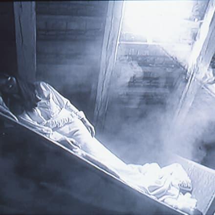 塩田千春 「落ちる砂」 2004年 Image by 国立国際美術館蔵