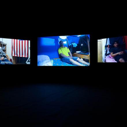 饒加恩(ジャオ・チアエン) 「レム睡眠」 (展示風景)  2011年 Image by 国立国際美術館蔵 ©Chia-En Jao