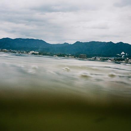 楢橋朝子 「half awake and half asleep in the water シリーズより Miyajima, 2004」 2004年 Image by 東京国立近代美術館蔵