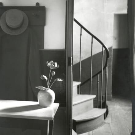アンドレ・ケルテス「モンドリアンの家で」1926年 Image by courtesy of the  ZEIT-FOTO Collection