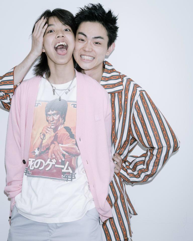 取材時、YOSHIは「アクネ ストゥディオズ」のカーディガン、菅田将暉は「ルイ・ヴィトン」2019年秋冬プレコレクションのセットアップを着用。