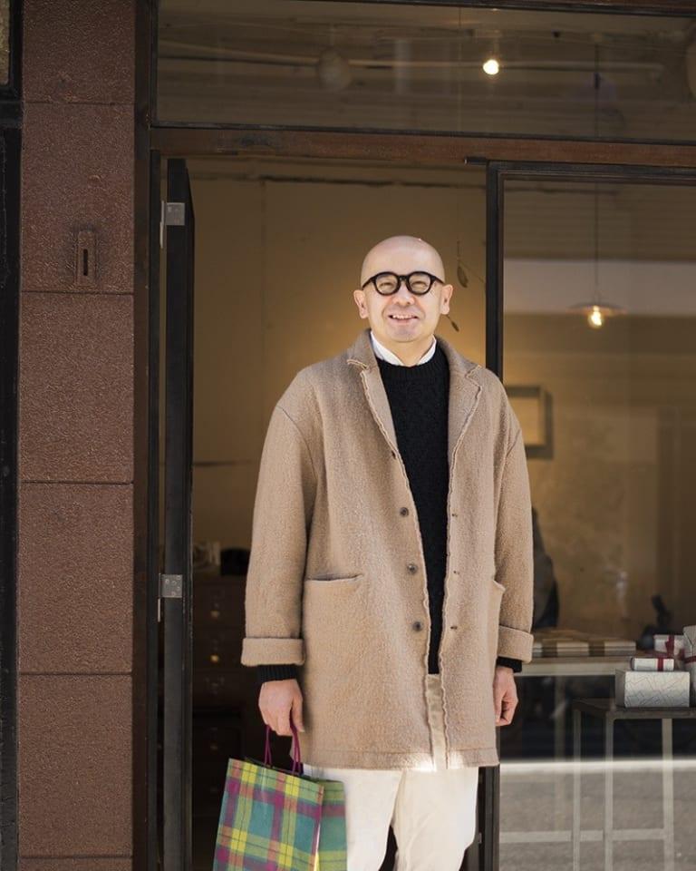 森岡の着用アイテムはコートがEEL Products、セーターがCOOHEM、シャツがSa-Rah、パンツがhasuike