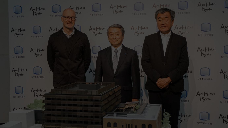 (左から)エースホテル ブラッド・ウィルソン社長、NTT都市開発の中川裕社長、隈研吾