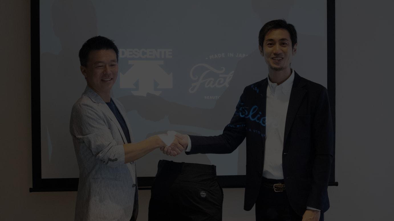 (左から)デサントジャパンの小川典利大代表取締役社長、ライフスタイルアクセントの山田敏夫代表取締役