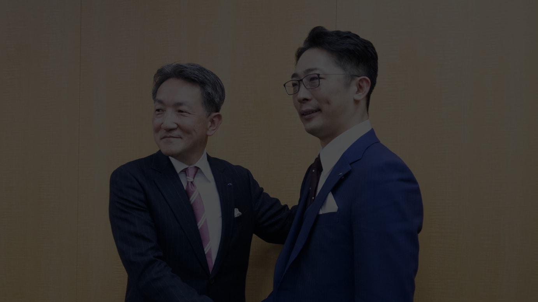 (左から)上山健二代表取締役社長執行役員、鈴木信輝グループ専務執行役員