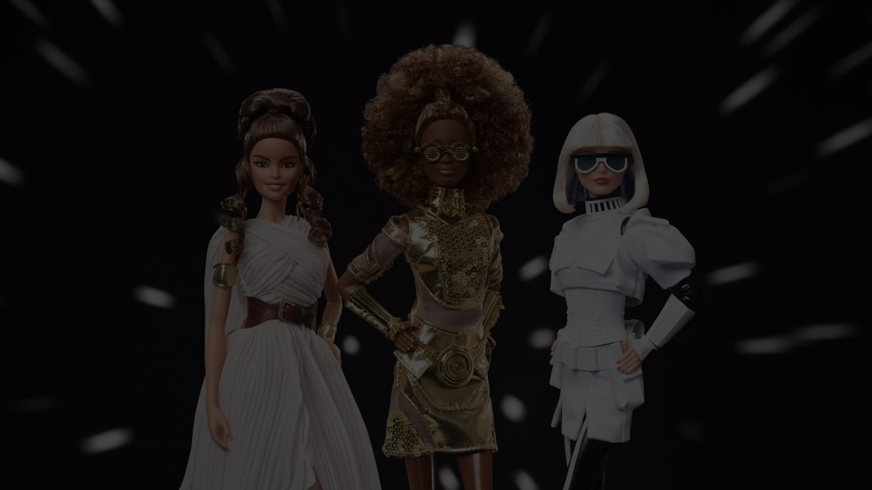 「バービー / スター・ウォーズ」メインヴィジュアル(左からレイ、C-3PO、ストームトルーパー)