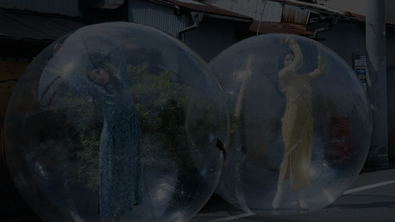 左)阿部純子、右)三吉彩花