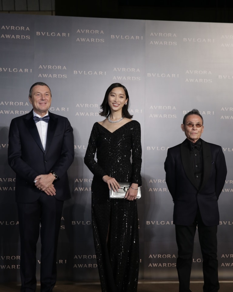 (左から)ブルガリ・グループCEO ジャン-クリストフ・ババン、杏、操上和美