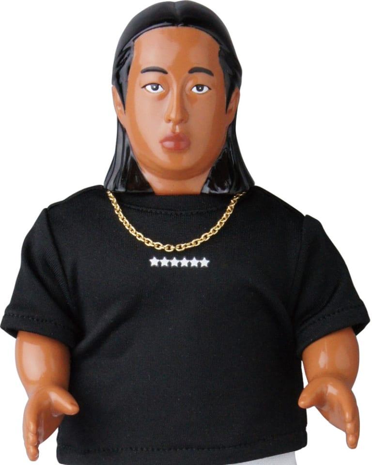 梅宮辰夫になれる「体モノマネ」Tシャツを着用したロバート秋山