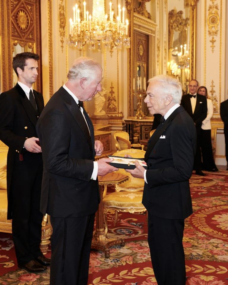チャールズ皇太子殿下(写真左)から名誉ナイト勲章を受け取るラルフ・ローレン Photo Credit:Chris Allerton