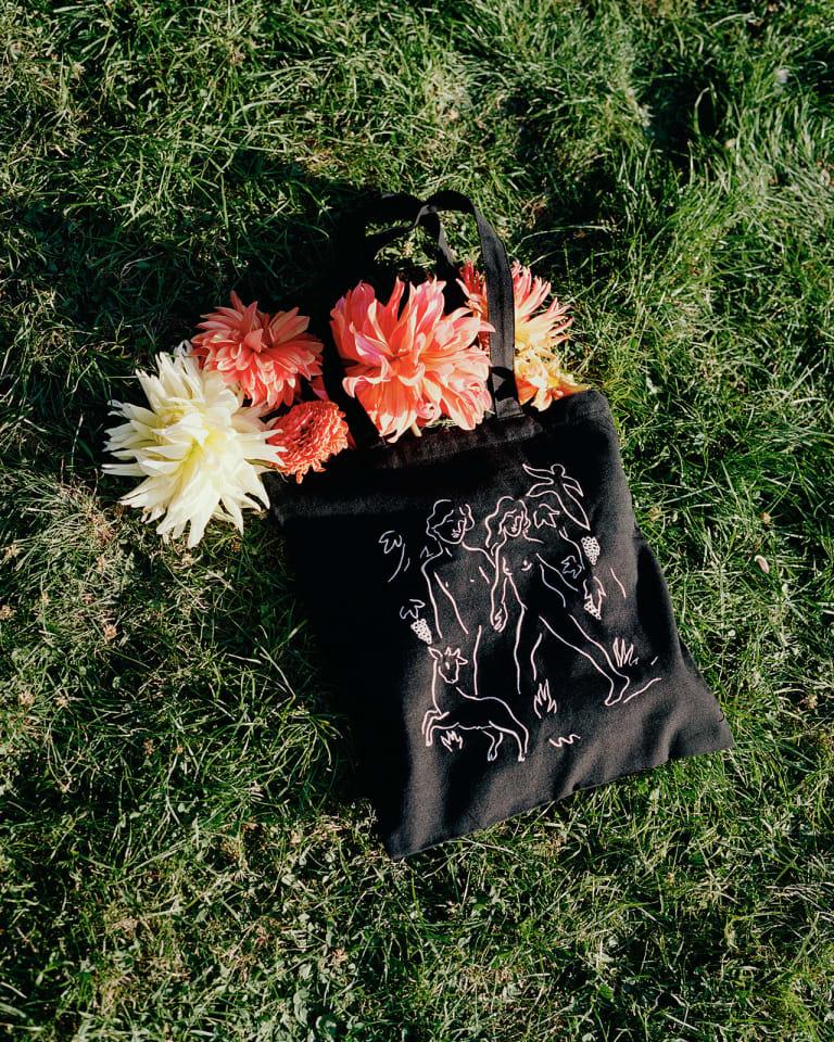 刺繍トートバッグ(5,500円)©️Louise Desnos