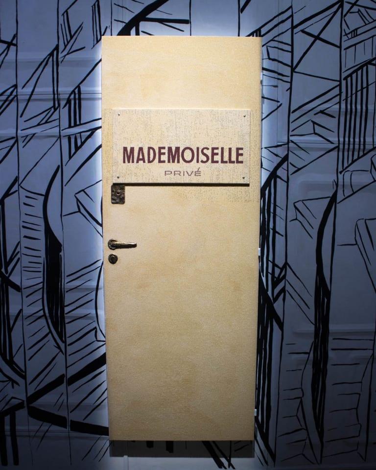 総刺繍で仕上げられたマドモアゼル プリヴェのドア