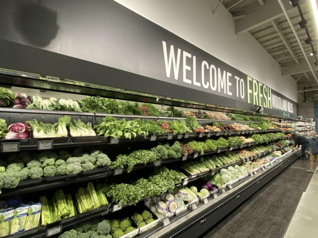 「ようこそ新鮮なウッドランドヒルズ店へ(Welcome to Fresh Woodland Hills)」とあるアマゾンフレッシュの青果コーナー。アマゾン・フレッシュではオーガニックや一般的な青果物をあつかい、ホールフーズ・マーケットの品質レベルを維持