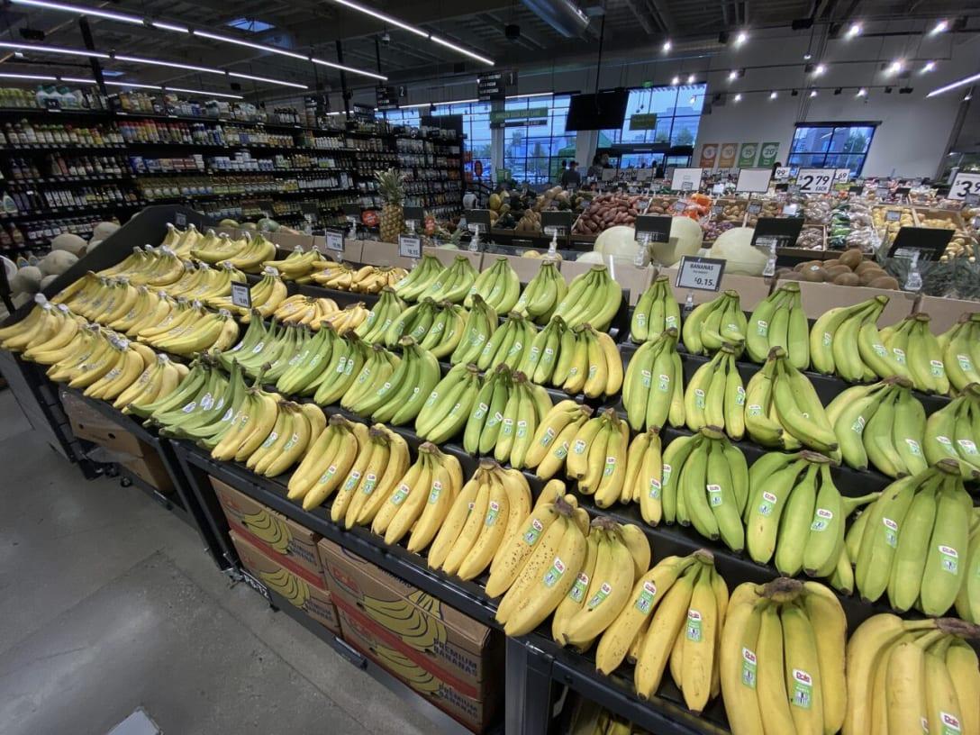 青果コーナーの奥にある定番のドール・バナナは1本15セントで訴求。プライスタグはデジタルタグを使用しており、最新版デジタルタグにより視認性も高い。後藤はバナナ6本購入して90セントだった。