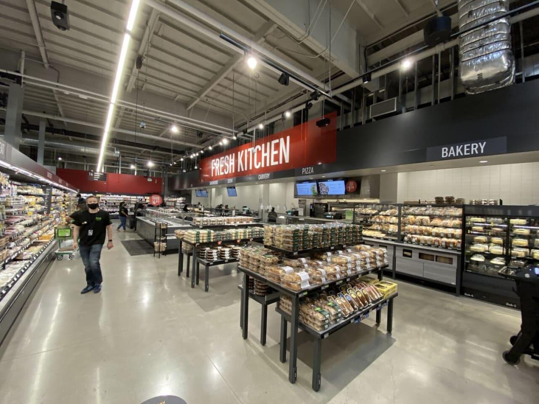 デリの隣にはベーカリーとなっており基本的なスーパーの配列を踏襲している。ベーカリーの目玉は89セントのフランスパンだ。