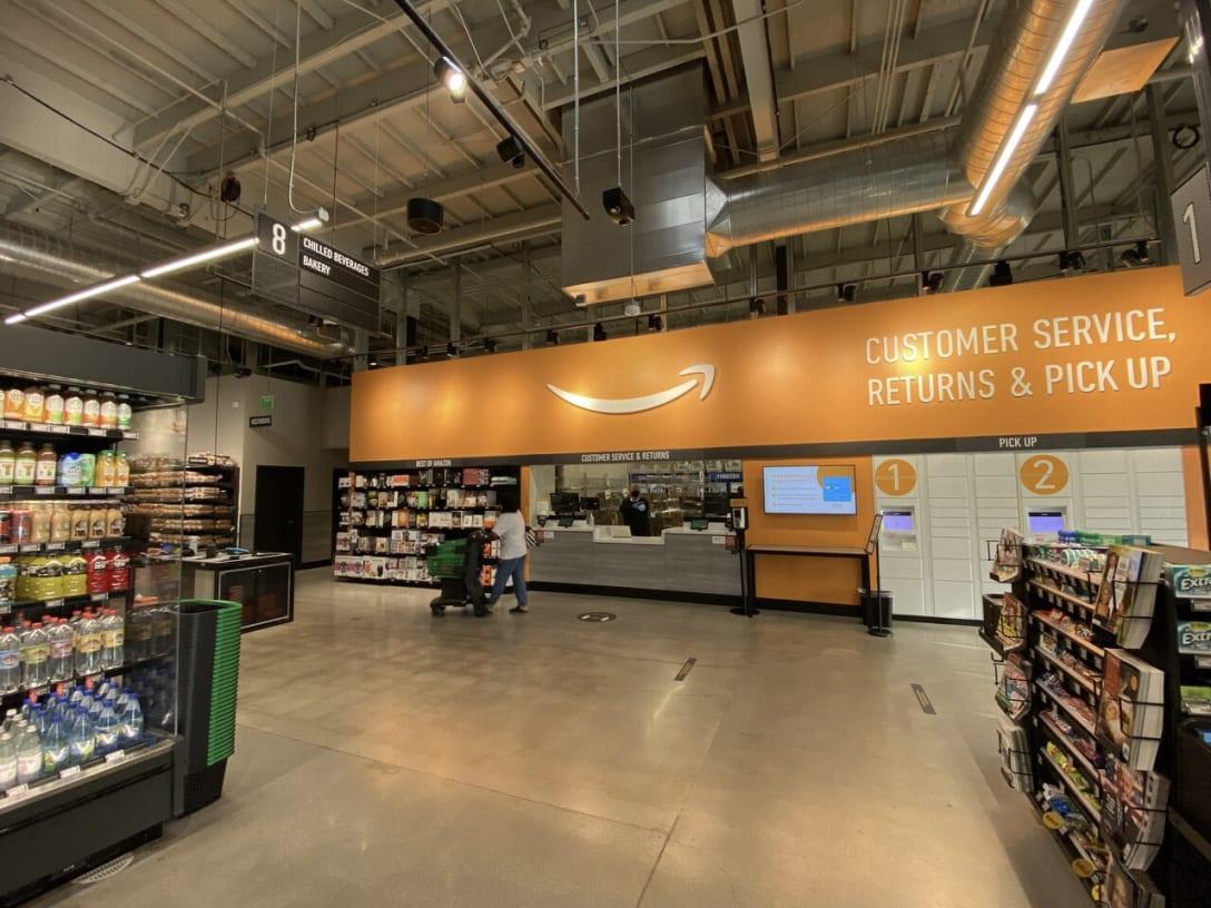 他のスーパーと最も異なる部分は入り口から右奥にあるシームレスなオムニチャネル化を実現する受付カウンター「カスタマー・サービス返品&受け取り(Customer Service Returns & Pickup)」とアマゾン・ロッカーだ。アマゾンのサイトで注文した書籍やCD、オモチャなどを窓口やロッカーで受け取れることで、スーパーで食品を購入するついでに注文品ピックアップもできるのだ。このカスタマーサービスでは返品コーナーも兼ねており、返品ではダンボールに梱包されていなくても受付カウンターで梱包してもらえる。