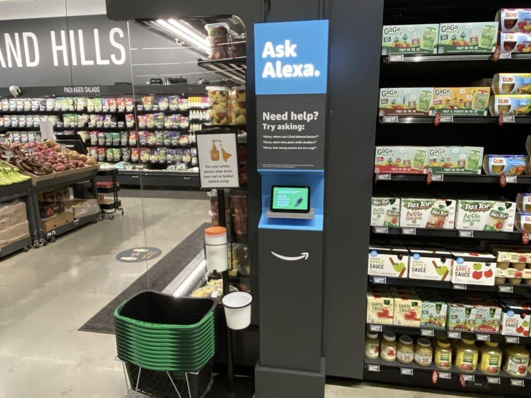 売り場の4ヶ所にキオスク端末としてスマート・スピーカーの「アマゾン・エコー・ショー(Alexa Echo Show)」を設置。顧客が売り場を探す時に音声でアレクサに尋ねることが可能となっているのだ。