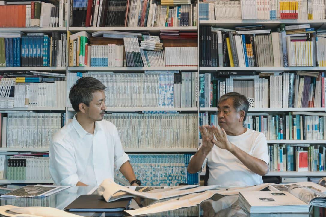 (左から)江角泰俊、隈研吾 Image by FASHIONSNAP.COM