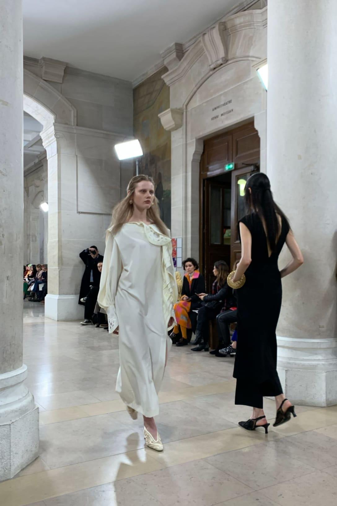 「マメ クロゴウチ」が今年2月にパリで開催した2020年秋冬コレクションショーの様子 Image by FASHIONSNAP.COM