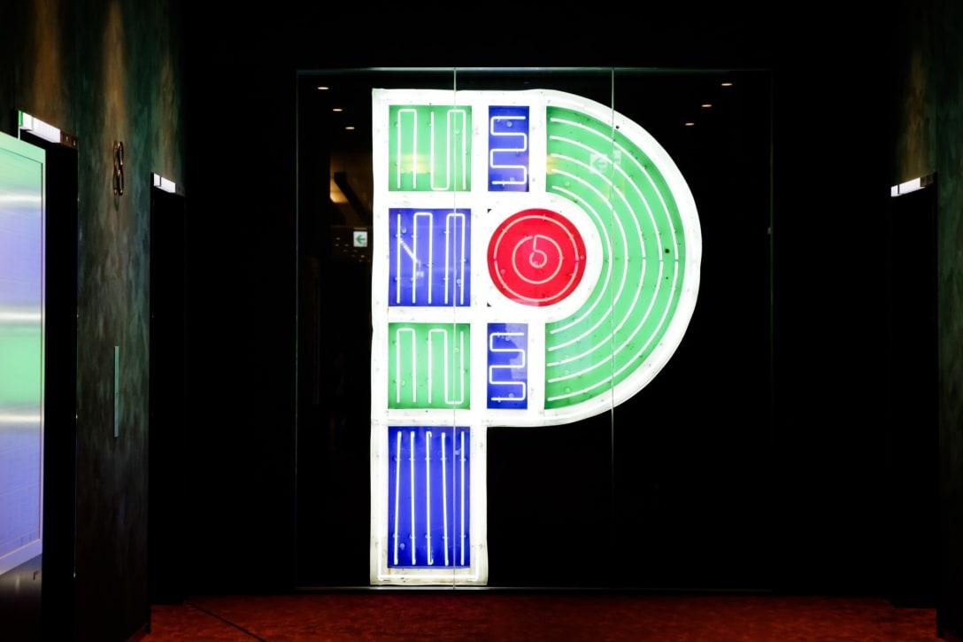 渋谷パルコに展示されているネオンサイン「P」。「R」「C」も同様に展示されているが「A」と「O」は渋谷には設置されていない。 Image by FASHIONSNAP.COM