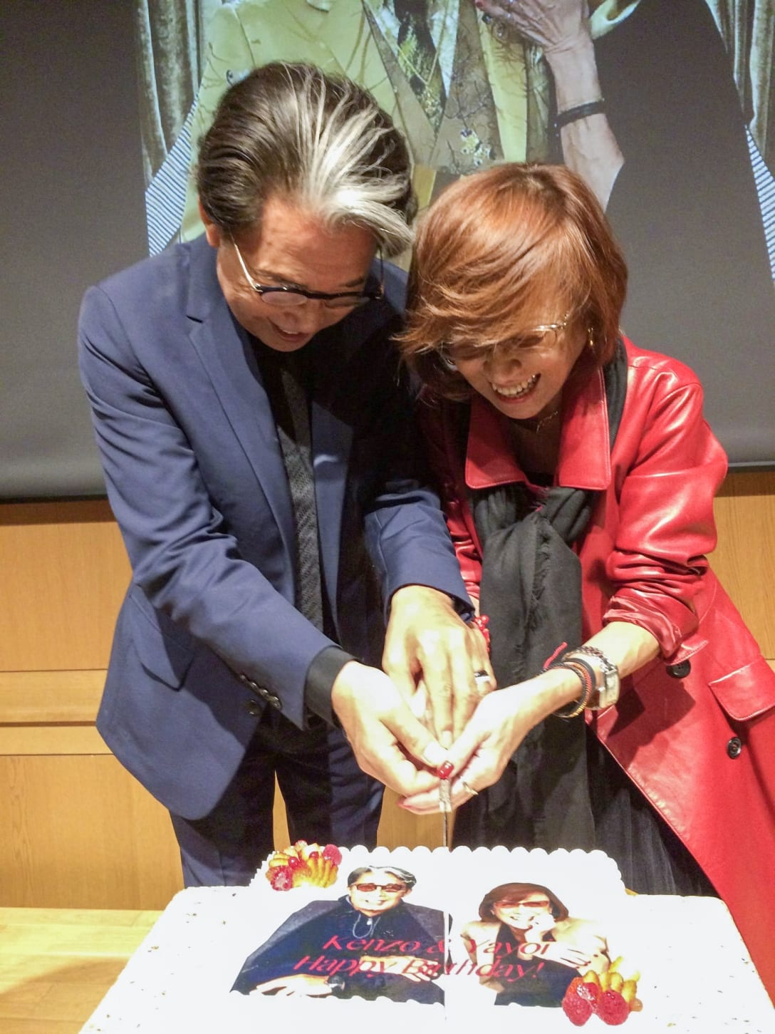 2019年10月、C'est chouette 30周年パーティーにて一緒にケーキカット(筆者提供)