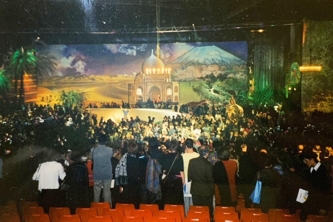 1999年「KENZO 30ANS」:高田賢三が手掛けるKENZOブランド30年の集大成としてのショー。友人を含め200人のモデル、象や白馬も登場した。テーマは「Liberté(自由)」。(筆者提供)