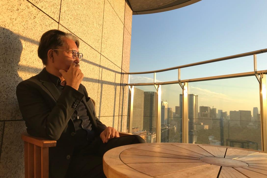 パレスホテル東京のテラスから夕陽を眺め、シャンパンを飲む至福の時(2019年、筆者提供)