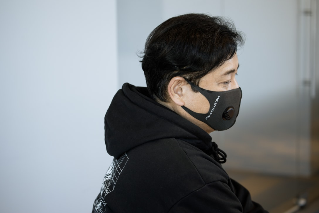 着用マスクは「PROTECTYOURSELF」のデュアルバルブマスク