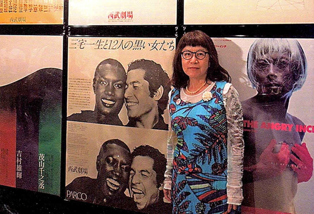 旧渋谷パルコは2016年に建て替えのため一旦閉店したが、その際に館内に歴代ポスターが掲出された。1976年当時、見て感動したという、『三宅一生と12人の黒い女たち』(AD:石岡瑛子、デザイナー:成瀬始子、フォトグラファー:沢渡朔、コピーライター:杉本英介)のポスターの前に立つ東海さん。