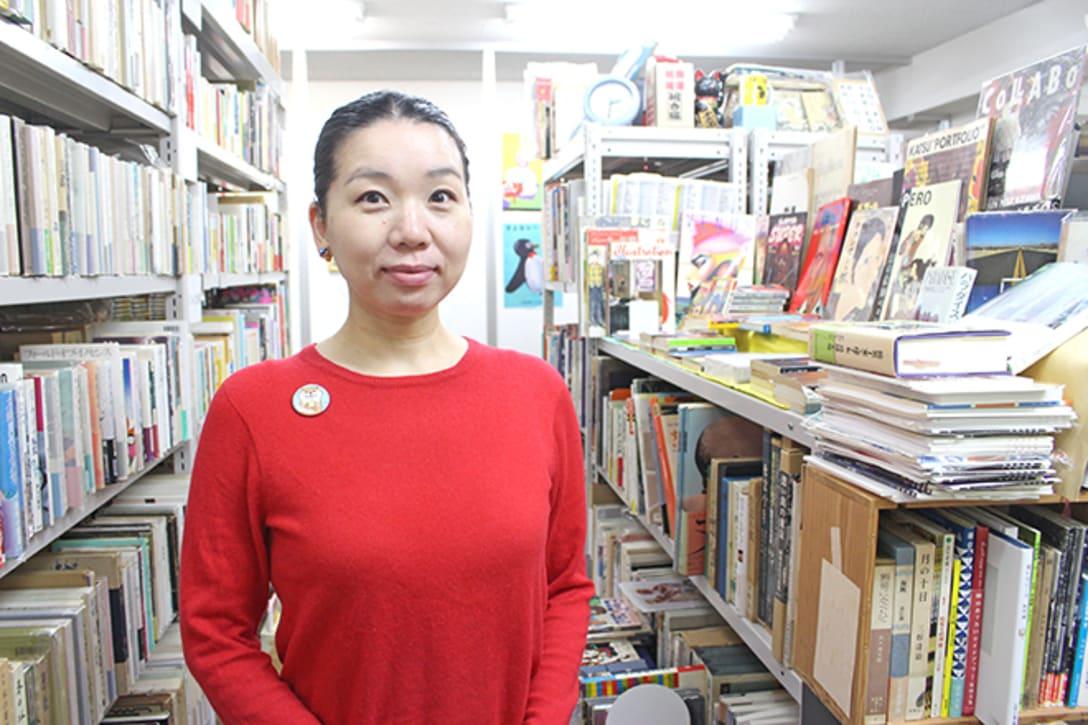モンガ堂を2~3ヶ月に1回位訪れるという、常連の女性客。「今回の企画があることは店主から聞いて知っていました。8人のうち、もともとお名前を知っていたのは、合田佐和子さんと山口はるみさん。合田さんはノブヨさん(画家で佐和子さんの二女)の絵を見たことがあるので。山口さんは、自分が持っている本(松尾邦之助 著「フランスの女流作家たち」新書館)もあることに気づきました」