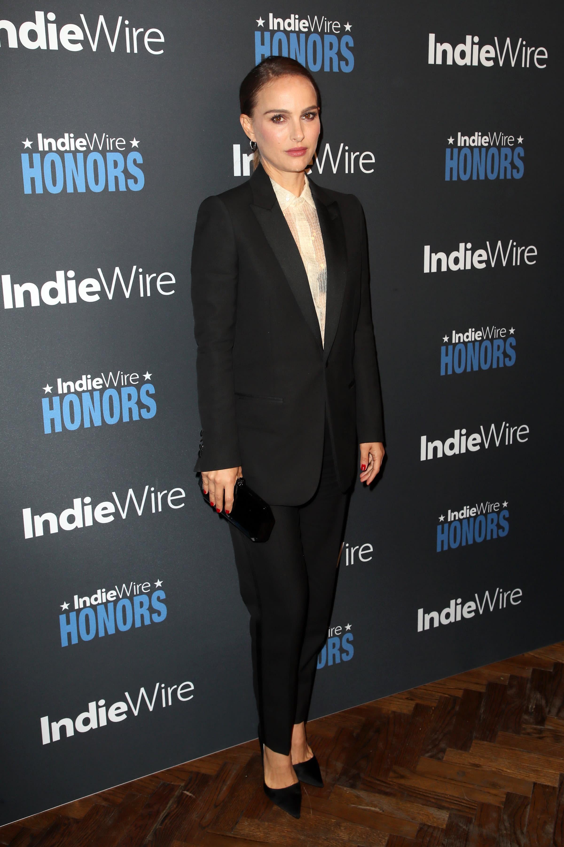 0ac7b4788657 女優やモデル、映画監督として活動するナタリー・ポートマン(Natalie Portman)が、エディ・スリマン(Hedi  Slimane)が手掛けた「セリーヌ(CELINE)」の2019年春夏 ...