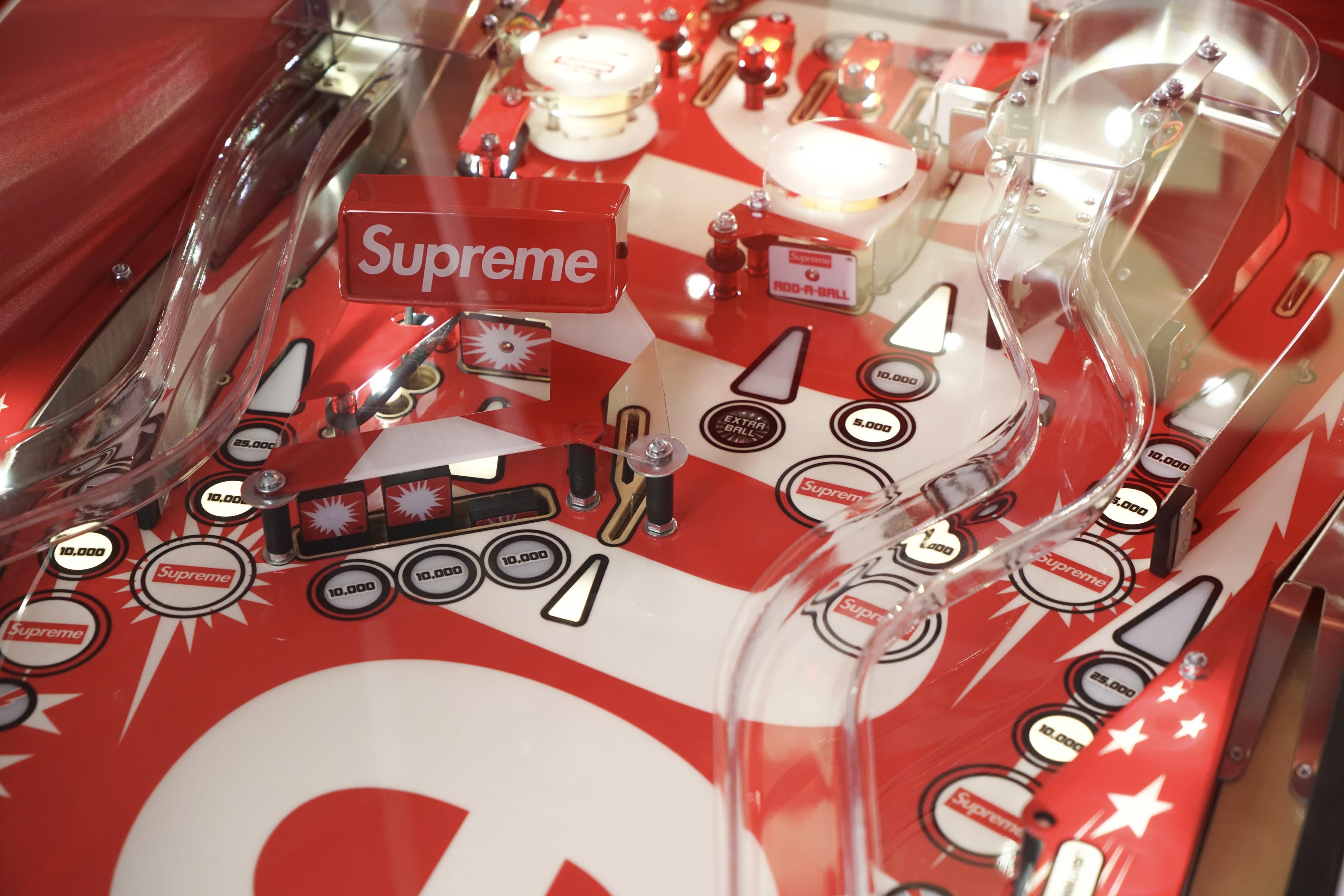 5ad40746f23e 競売大手サザビーズ(Sotheby's)が、「シュプリーム(Supreme)」の個人収集家による大規模コレクションのオンラインオークション「The  Supreme Vault:1998 - 2018」 ...