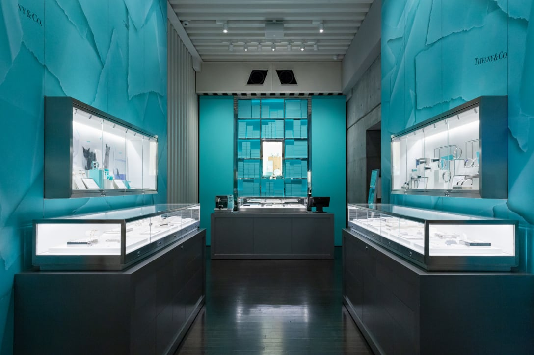 outlet store 72543 37dc1 初上陸のカフェ、香水の自販機、刻印サービスも...ティファニー ...